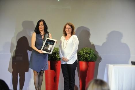 Η Διευθύντρια Επικοινωνίας & Μάρκετινγκ του ΔΑΑ, Ιωάννα Παπαδοπούλου παραλαμβάνει το βραβείο του αεροδρομίου