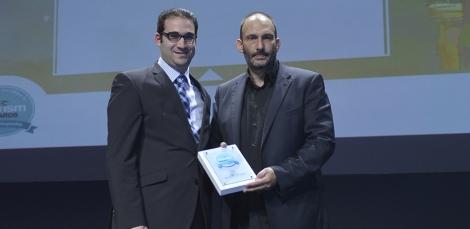 Ο Π. Παλαιολόγος της HotelBrain παραλαμβάνει χρυσό βραβείο από τον Ι. Δημόπουλο της Atnet Communications