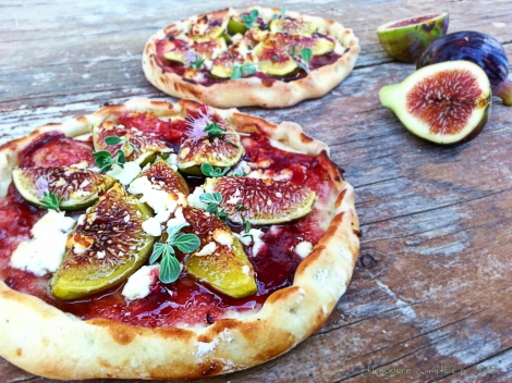 """Γλυκάλμυρη"""" πίτσα με φρέσκα σύκα, φέτα, μαρμελάδα δαμάσκηνο & μαντζουράνα"""