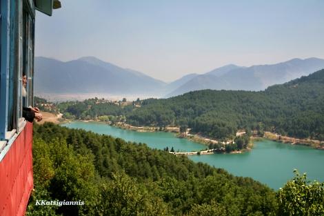 Το εντυπωσιακό μοναστήρι του Αγίου Γεωργίου που αγναντεύει την λίμνη Δόξας, είναι πλέον πολύ δημοφιλής προορισμός