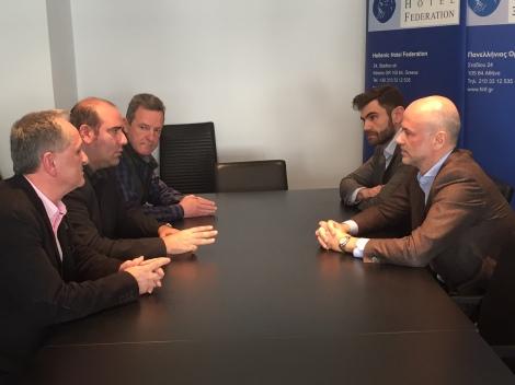 Από αριστερά οι κ.κ. Παναγιώτης Προύτζος, Γεώργιος Χότζογλου, Παναγιώτης Κούκος (ο Πρόεδρος και οι εκπρόσωποι της ΠΟΕΕ-ΥΤΕ αντίστοιχα) Δεξιά ο Πρόεδρος της Πανελλήνιας Ομοσπονδίας Ξενοδόχων κ. Γιάννης Ρέτσος και ο Γενικός Διευθυντής της Ομοσπονδίας κ. Νίκος Ζωητός