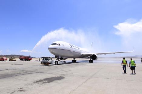 Η παραδοσιακή «υδάτινη αψίδα» καλωσορίζει την έναρξη της απευθείας πτήσης UA125 Αθήνα – Νέα Υόρκη / Newark της United Airlines (26 Μαΐου)