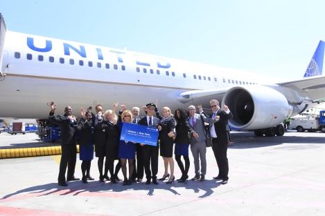 Το πλήρωμα της United Airlines, πτήση UA125, σε εορταστική φωτό με αφορμή την έναρξη της απευθείας πτήσης Αθήνα – Νέα Υόρκη / Newark (26 Μαΐου)