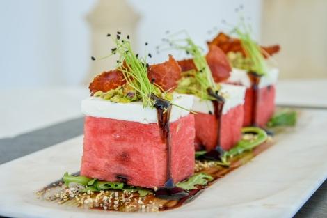 Σαλάτα καρπούζι με φέτα και φύλλα μέντας, του εστιατορίου του Archipelagos Luxury Hotel στη Μύκονο, μέλος των Small Luxury Hotels of the World